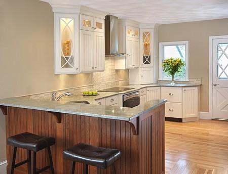 Kitchen with peninsula island seating area